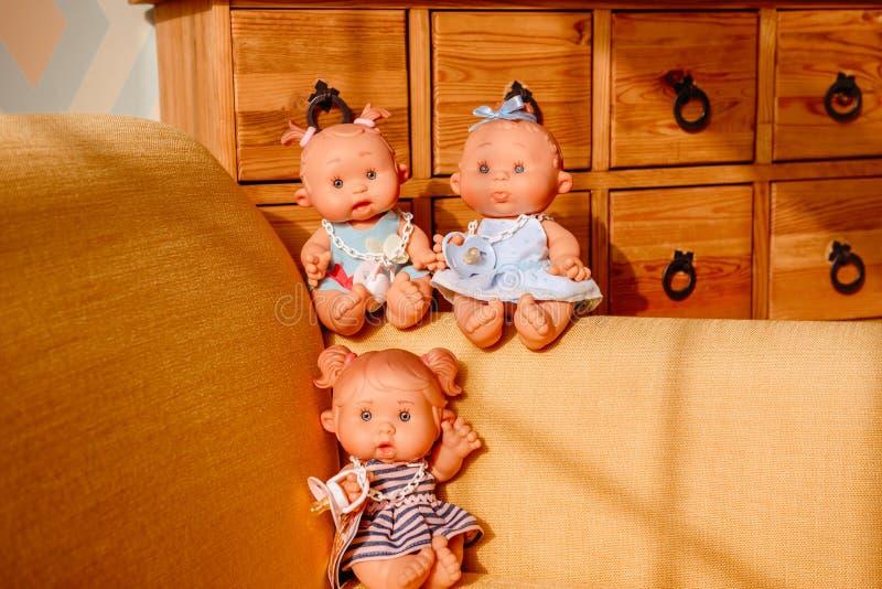 Gruppen av gulligt behandla som ett barn dockor på ljus bakgrund royaltyfri bild