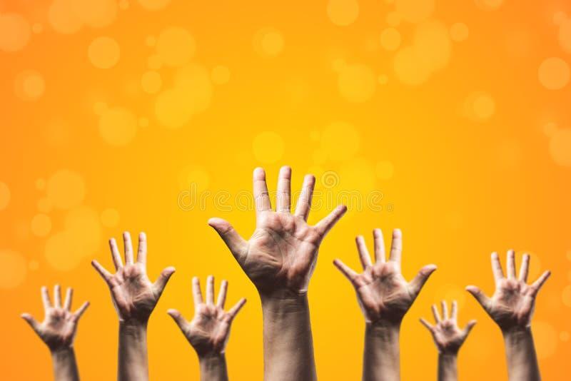 Gruppen av handen lyfter upp många personer, internationell volontärdag och samhällstjänstbegrepp royaltyfria bilder