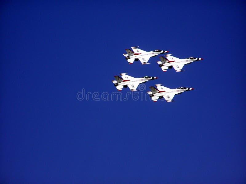 Gruppen av kämpen jets flyget i bildande. royaltyfria foton