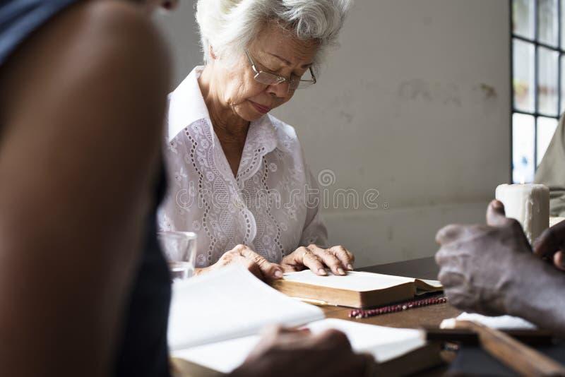 Gruppen av kristet folk studerar bibeln tillsammans royaltyfria bilder