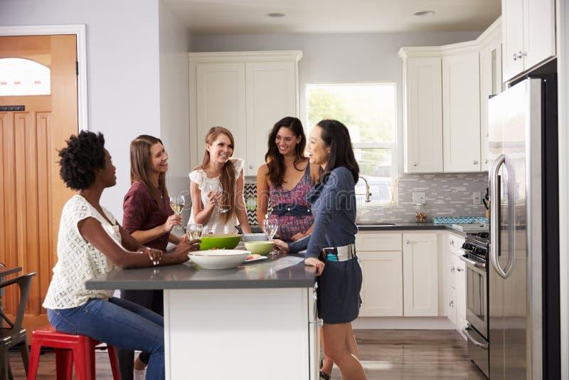 Gruppen av kvinnliga vänner som Pre tycker om matställen, dricker hemma arkivbilder