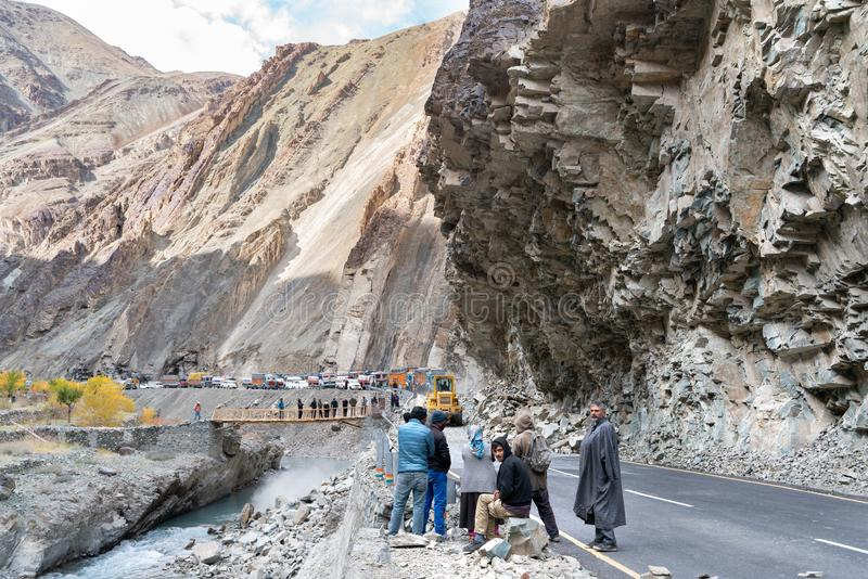 Gruppen av lastbilsförare som väntar, när vägen ska vara klar på grund av jordskred arkivfoton