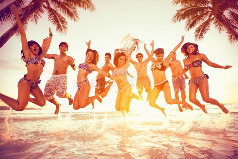 Gruppen av lyckligt folk som hoppar - kopiera utrymmesommarsemestern Holi royaltyfri bild