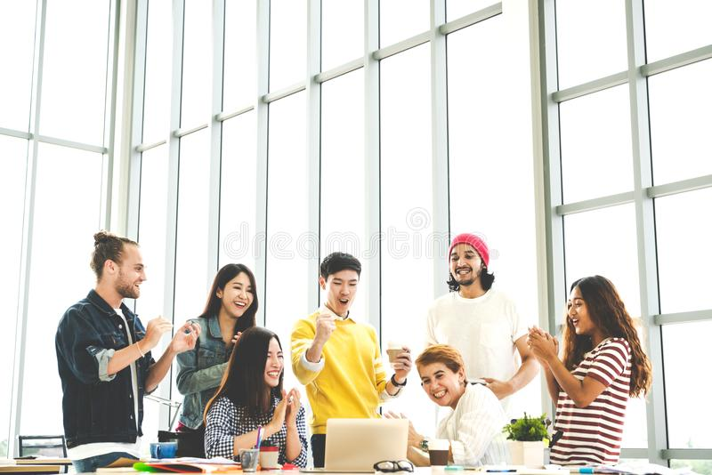 Gruppen av mångfaldfolk Team att le och gladlynt i framgångarbete med bärbara datorn på det moderna kontoret royaltyfri fotografi
