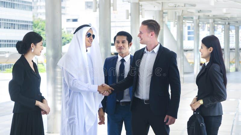 Gruppen av mannen för folk för den globala affären och kvinnan talar royaltyfria foton