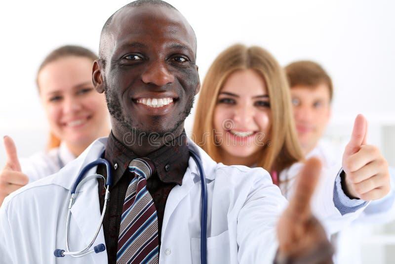 Gruppen av medicindoktorshänder visar det reko eller godkännandetecknet arkivbilder
