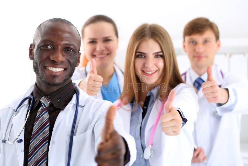 Gruppen av medicindoktorshänder visar reko royaltyfria bilder