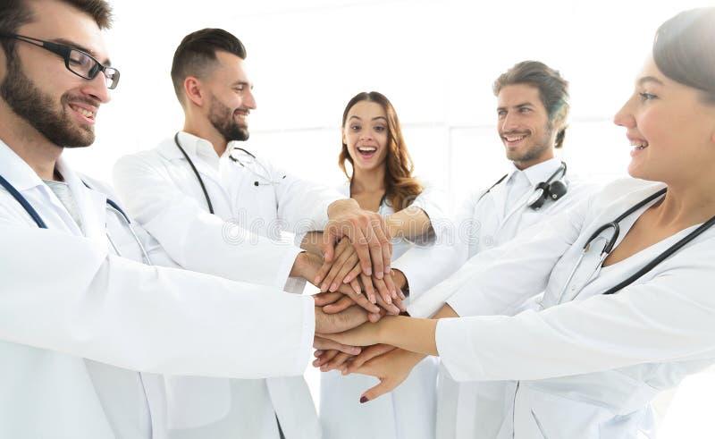 Gruppen av medicinska allmäntjänstgörande läkare visar deras enhet arkivbild