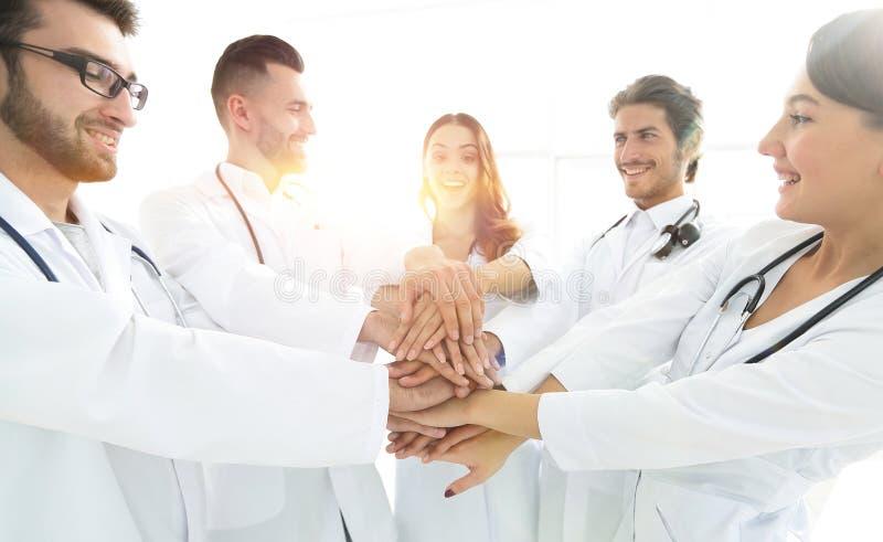 Gruppen av medicinska allmäntjänstgörande läkare visar deras enhet arkivbilder