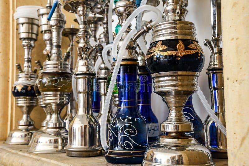 Gruppen av metall shinny shishavattenrör för att röka tobak på ett varmt kol royaltyfria foton