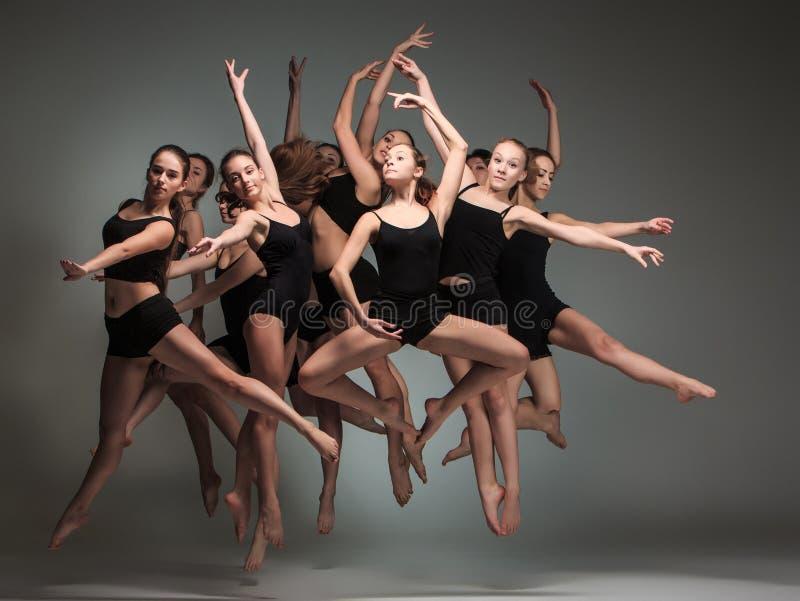 Gruppen av moderna balettdansörer fotografering för bildbyråer