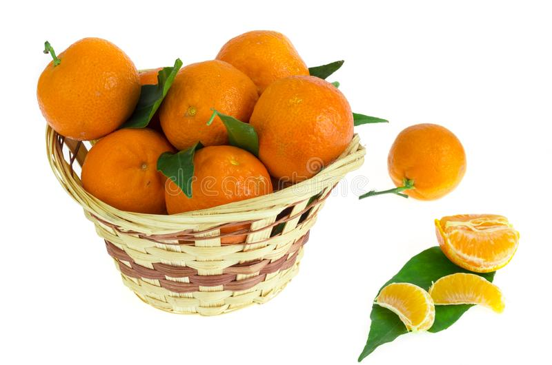 Gruppen av nya tangerin, clementines eller mandariner i korg och sidor stänger sig upp arkivfoton