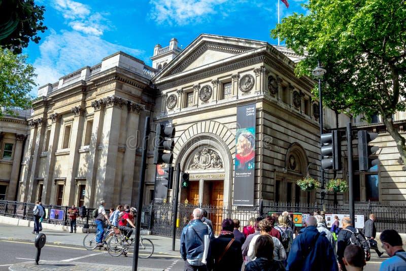 Gruppen av oidentifierade turister near det medborgarePortret gallerit i centralen av London på morgontid arkivbild