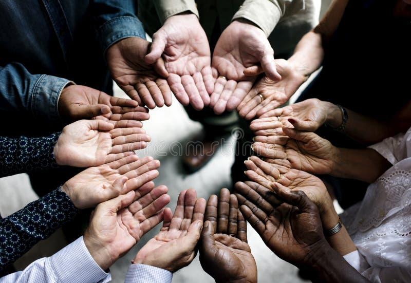 Gruppen av olika händer gömma i handflatan sikt för teamwork för cirkelservice tillsammans flyg- royaltyfri fotografi
