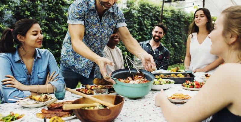 Gruppen av olika vänner som tycker om sommar, festar tillsammans arkivbild