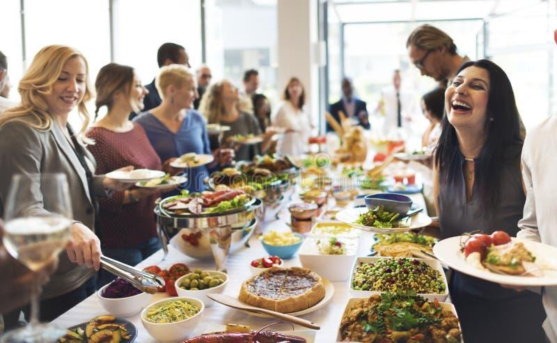 Gruppen av olikt folk har lunch tillsammans royaltyfria foton
