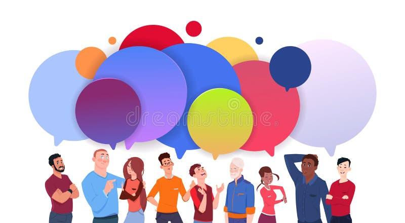 Gruppen av olikt folk med färgrik pratstund bubblar det Media Communication för tecknad filmman- och kvinnasamkvämmen begreppet vektor illustrationer