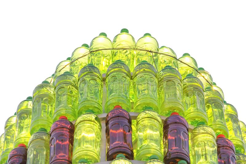 Gruppen av plast- flaskor av röd och grön färg ställde upp i en isolerad pyramid royaltyfria foton