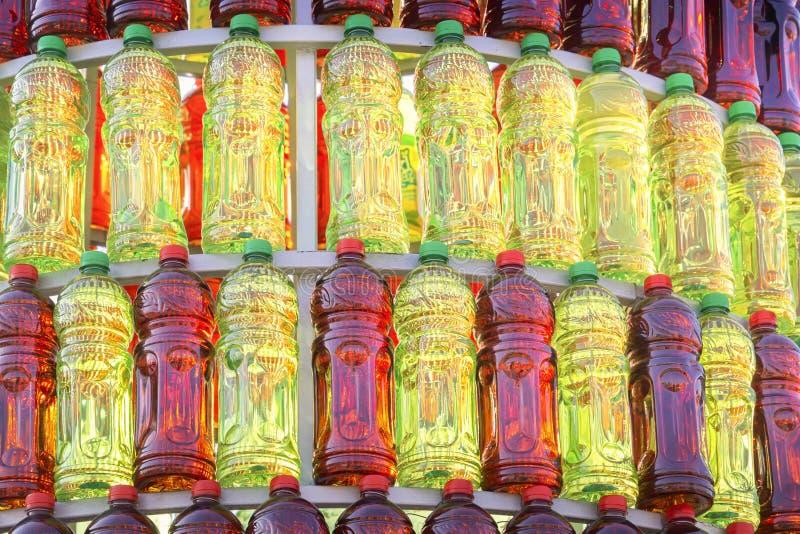 Gruppen av plast- flaskor av r?d och gr?n f?rg st?llde upp i en isolerad pyramid royaltyfri bild