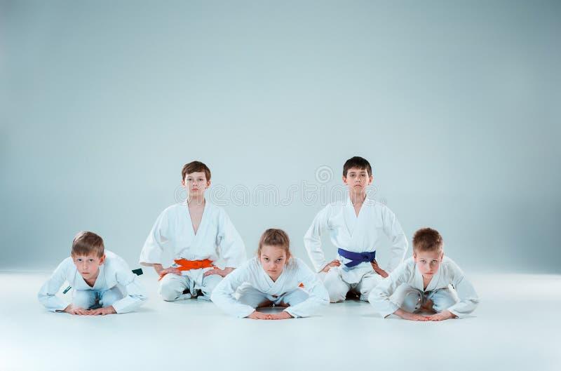 Gruppen av pojkar och flickastridighet på Aikidoutbildning i kampsportskola Sund livsstil och sportbegrepp royaltyfri bild