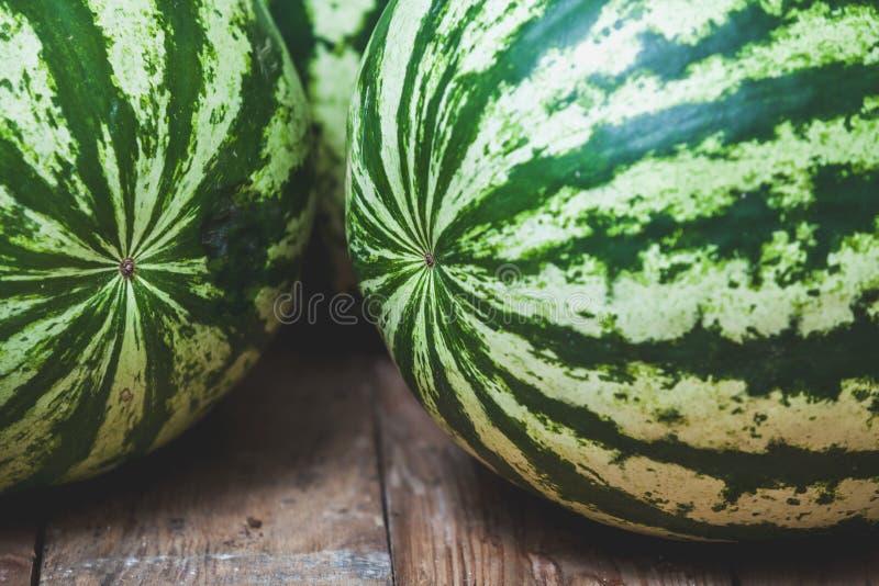 Gruppen av randiga vattenmelon ligger på träbräden arkivbilder