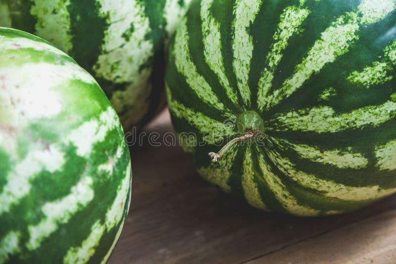 Gruppen av randiga vattenmelon ligger på träbräden arkivfoto