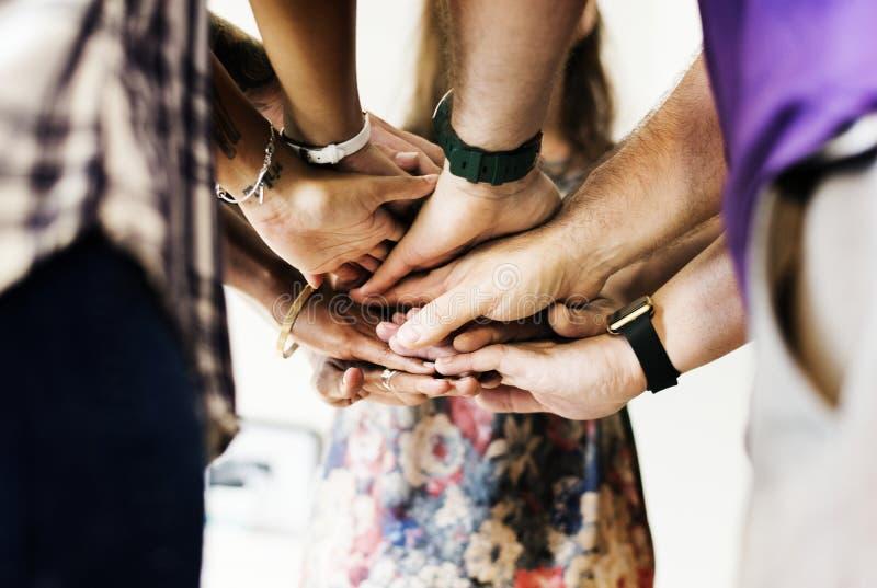 Gruppen av sammanfogat olikt folk räcker tillsammans teamwork royaltyfria bilder