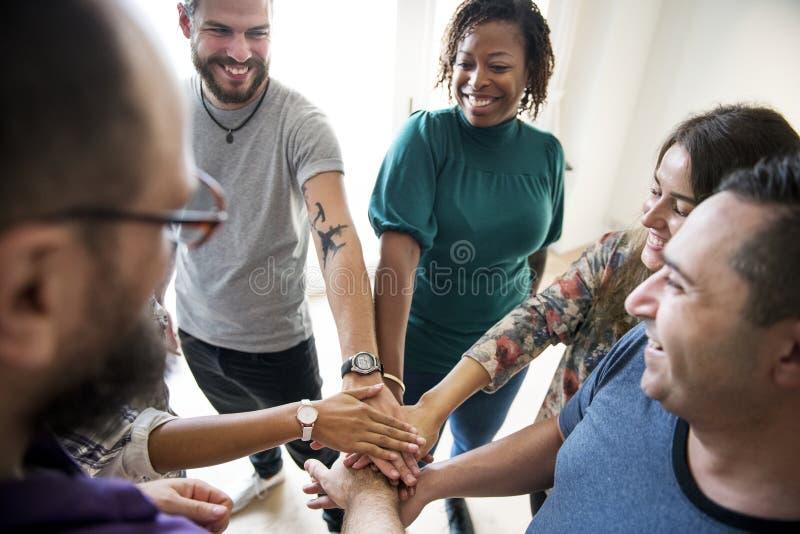 Gruppen av sammanfogat olikt folk räcker tillsammans teamwork royaltyfri foto