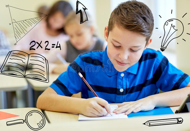 Gruppen av skolan lurar handstilprovet i klassrum arkivfoto
