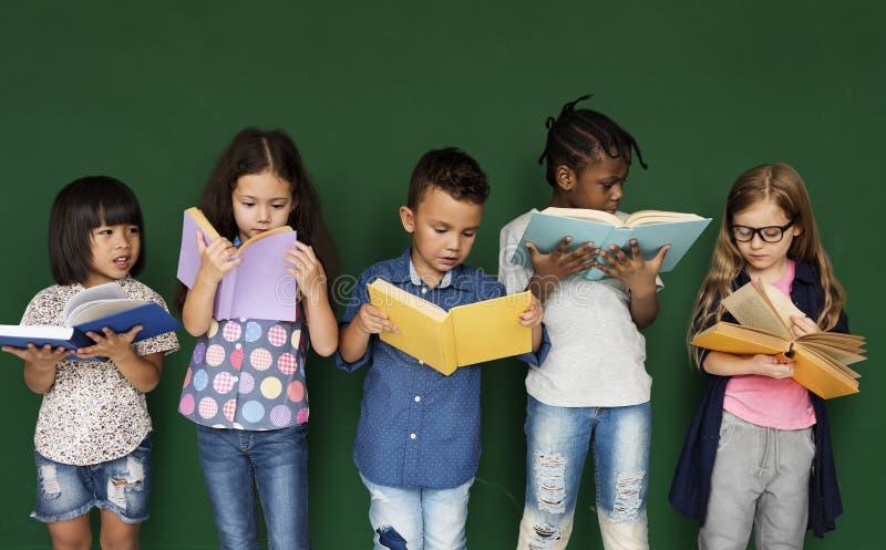 Gruppen av skolan lurar läsning för utbildning arkivbild