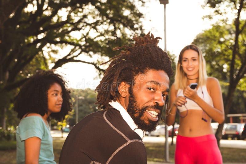 Gruppen av sportive folk i stads- parkerar Conc livsstil och sport royaltyfri fotografi