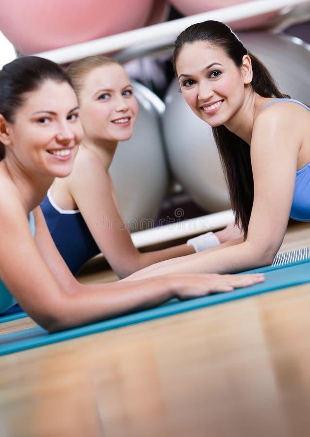 Gruppen av sportkvinnor har en rest royaltyfria bilder