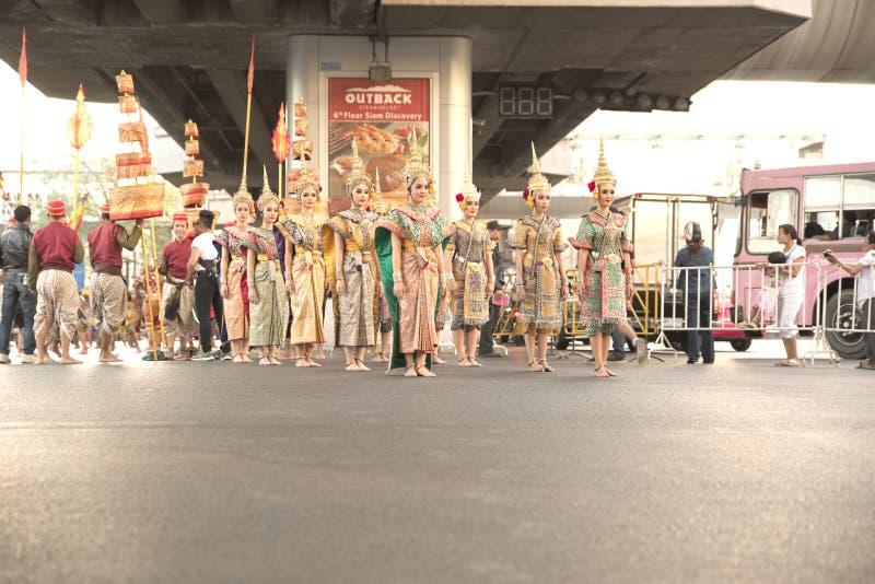 Gruppen av thailändska traditionella dansare within ståtar förbereder sig att flytta sig till etappen arkivfoton