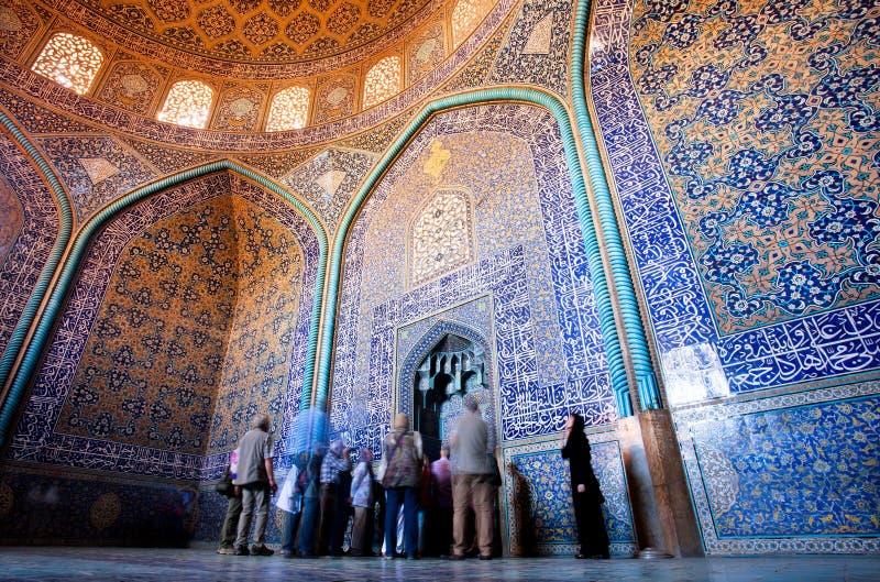 Gruppen av turister beskådar härlig inredesign av den mönstrade Lotfollah moskén arkivfoto