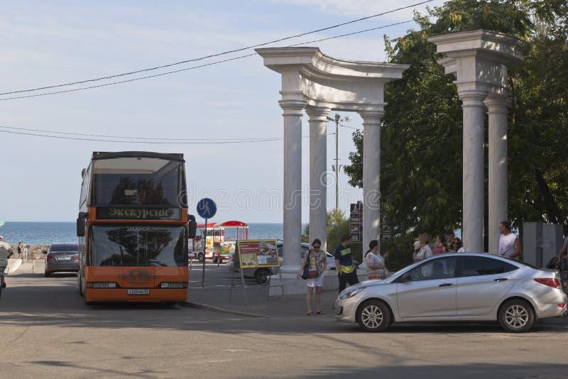 Gruppen av turister går på en sighttur på en stad för dubbeldäckarebuss-cabriolet ` turnerar av Evpatoria `, Krim fotografering för bildbyråer