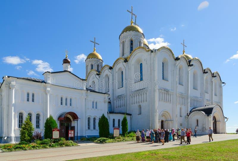 Gruppen av turister lokaliseras nära den berömda antagandedomkyrkan, Vladimir, guld- cirkel av Ryssland arkivfoton