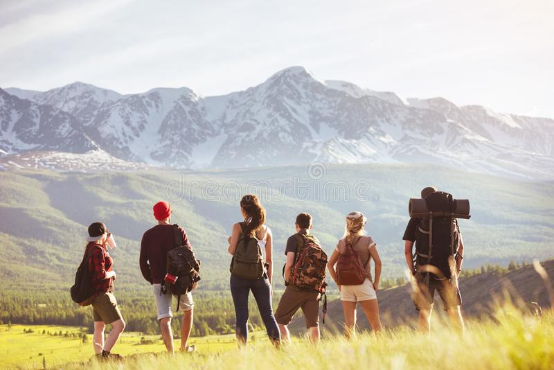 Gruppen av turister står mot berget arkivbild