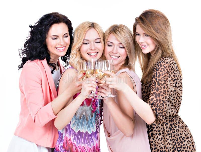 Gruppen av unga lyckliga kvinnor har partiet royaltyfri bild