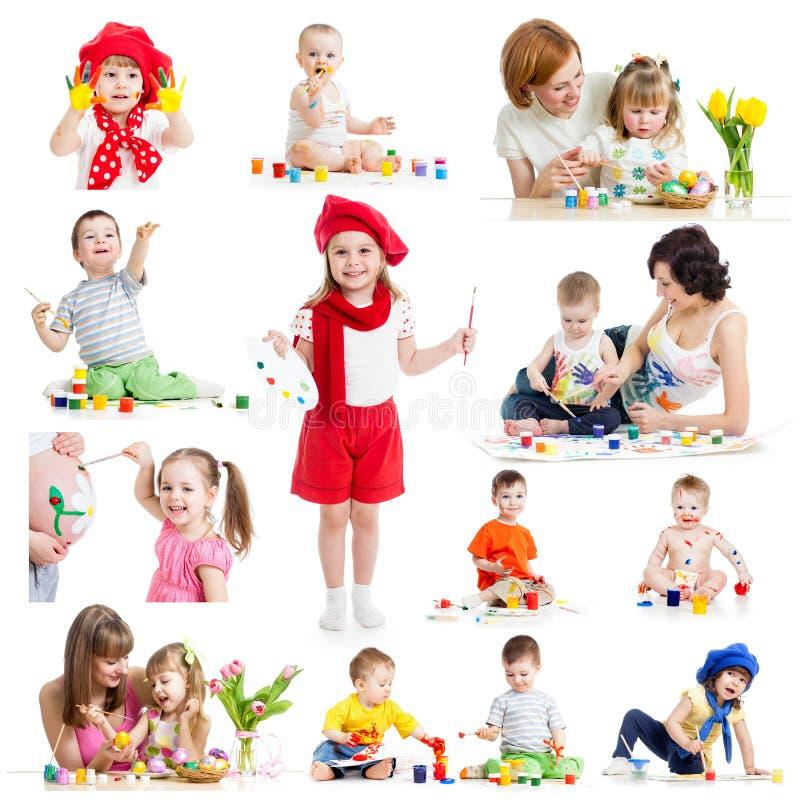 Gruppen av ungar eller barn målar med borsten eller fingrar royaltyfria foton