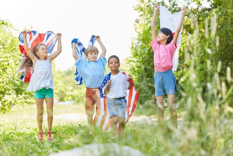 Gruppen av ungar firar internationellt samarbete royaltyfri foto