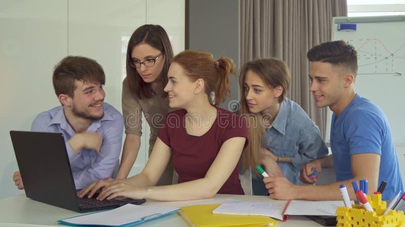 Gruppen av ungdomararbetar på kontoret arkivfoton