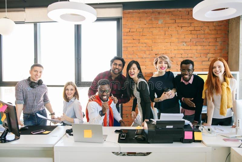 Gruppen av ungt affärsfolk arbetar tillsammans arkivbild