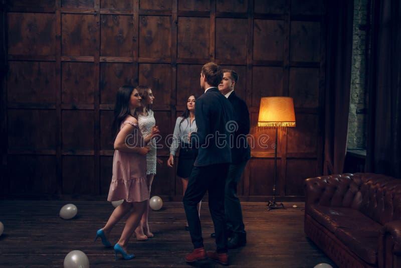 Gruppen av vänner dansar på födelsedagpartiet royaltyfria bilder