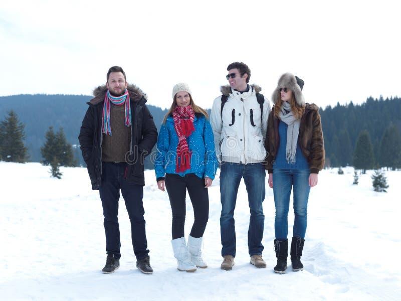 Gruppen av vänner har roligt och att koppla av på vintersemester royaltyfri fotografi