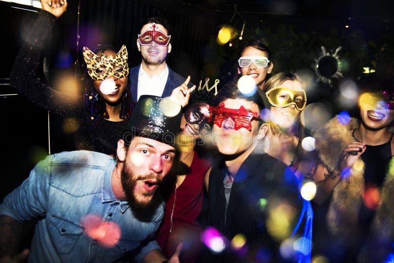 Gruppen av vänner tycker om ett parti royaltyfria foton