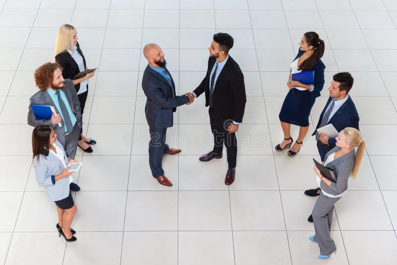 Gruppen-Chef-Hand Shake Welcome-Gesten-der SpitzenGeschäftsleute winkelsicht-, Wirtschaftler Team Handshake Sign Contract lizenzfreie stockfotos