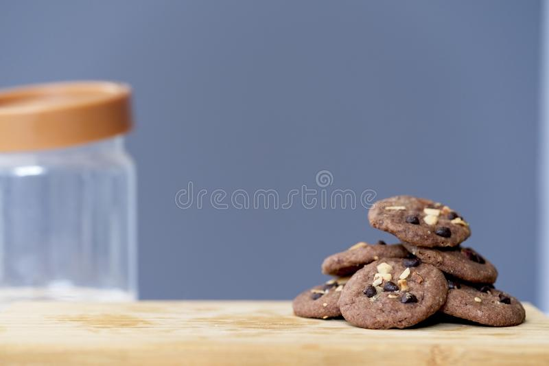 Gruppen der köstlichen Schokolade Chip Cookies im hölzernen Behälter, geschmackvolle selbst gemachte Plätzchen lizenzfreies stockfoto