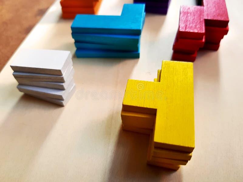 Gruppen des bunten Staplungsholzklotz-Spielzeugs stockfotografie