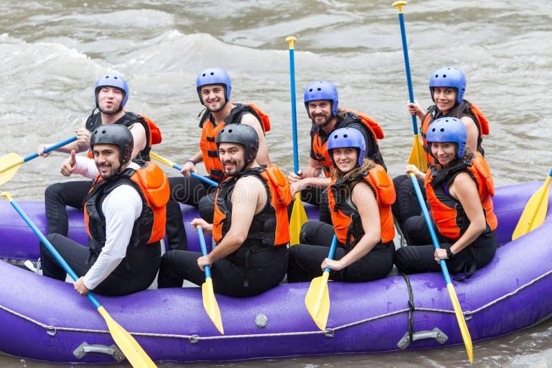 Gruppen-Foto vor Whitewater-Fluss-Flößenreise stockbild