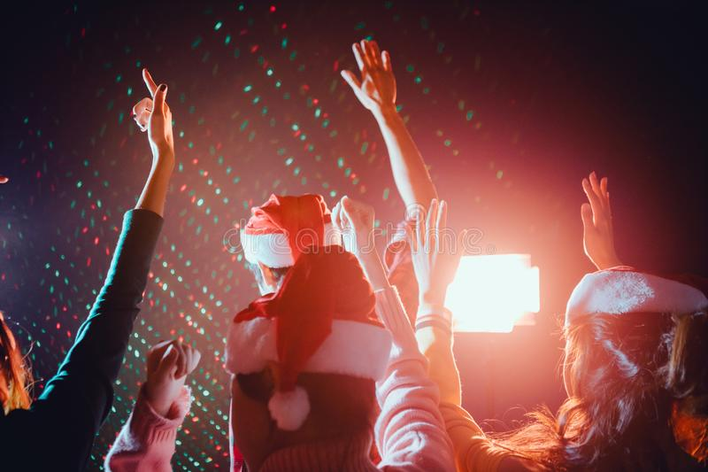 Gruppen Freunde sind asiatische Männer und Frauen feiern das Weihnachten und die Partei des neuen Jahres lizenzfreie stockbilder